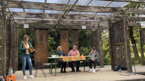 Auf diesem Bild sind die Katharina Miers, Alia Kidess (neu im Team), Enrico Freudenberg und Manuel Freudenberg auf die Bühne im Park in Kronberg zu sehen