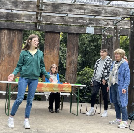 Auf diesem Bild sind die Spieler Katharina Miers, Angelika Mosig-Miers, Lore Wynn und Manuel Freudenberg auf der Bühne im Park in Kronberg zu sehen
